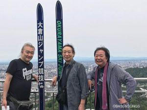 85d_札幌を見下ろす大倉山ジャンプ台の上で、テトラゴンの窪田晴男さん、岡井大二さんと広規さん