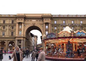 小さなメリーゴーランドが置かれているフィレンツェの町の広場