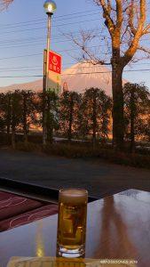 富士山が目の前に見える朝霧温泉に。 露天の湯船からデカイ富士山の夕暮れを見てうっぷんを晴らし、食堂であれこれ食べて、まったり昼寝して、バナジウム水をたっぷり汲んで、家に戻ってきたのは夜中でした。