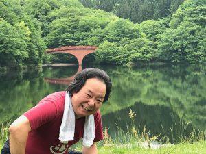碓氷湖にも寄りました。湖面に映し出される森と赤い橋。