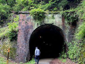 短めなトンネルも歩いてみて、はしゃいだりして。