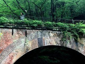 車を留めて、山の斜面へ階段を登って眼鏡橋の上へ。
