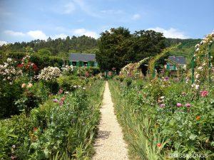 ジヴェルニー村は舗装された道が少なくて、砂利道を歩いて行くと、クロードモネの家が記念館に