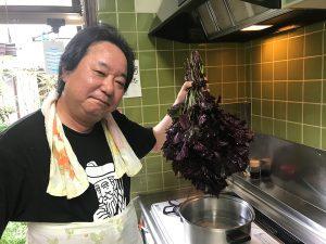 家にある一番デカい鍋に湯をわかし、その中に洗った赤紫蘇を枝ごと入れる。