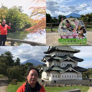 弘前城公園の門の橋ではうっすら赤くなり始めたもみじのお出迎え。