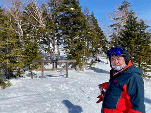 東館山頂の神社の鳥居は積雪を物語ってますね~。マスクしてスキーも慣れてきた。