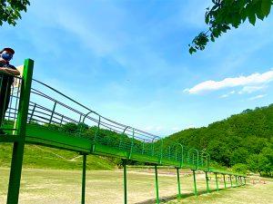 観音山パークの長い滑り台からの青空