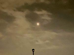 皆さんの街からも不思議な月をみられるかも。