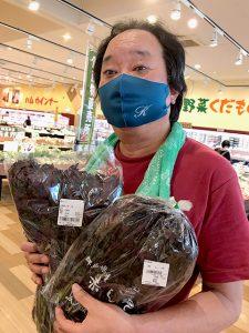 マーケットで赤紫蘇を見つけて、やった~出た~と大喜び!今年も「紫蘇ジュース」作りを始めました。